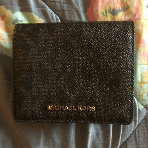 c173113c97c77b Michael kors small wallet with coin spot. M_5a626a8946aa7c5a043609c9